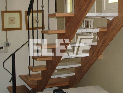 Escalera estructural en madera de diseño moderno, barandas en hierro