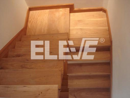 de escaleras con madera alzadas pedadas y zcalos en madera maciza