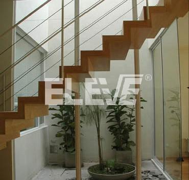 Escalera con estructura de tubos de hierro revestida en for Como construir una escalera de hierro y madera